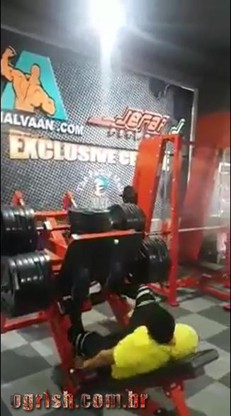 10-Homem quebra a perna ao levantar 400kg no legpress Ogrish-2