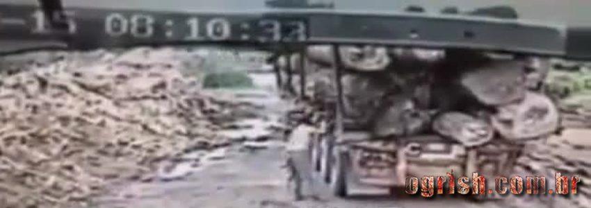 22- Homem morre esmagado por árvore que caiu do caminhão Ogrish.com.br